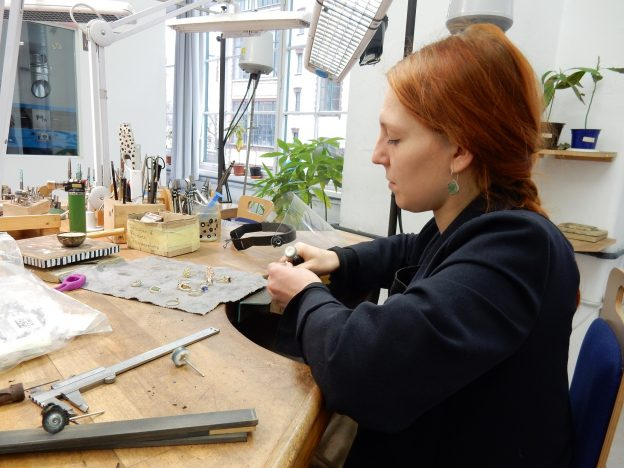 Mujeres orfebres atelier Juwelo
